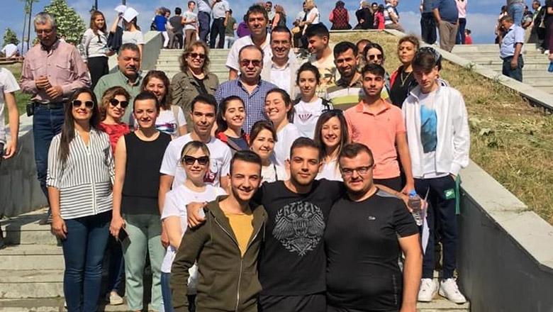 Bahçeşehir Koleji öğretmenleri öğrencilerin yanında