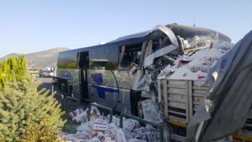 Burdur Bucak'ta yolcu otobüsü kamyona çarptı