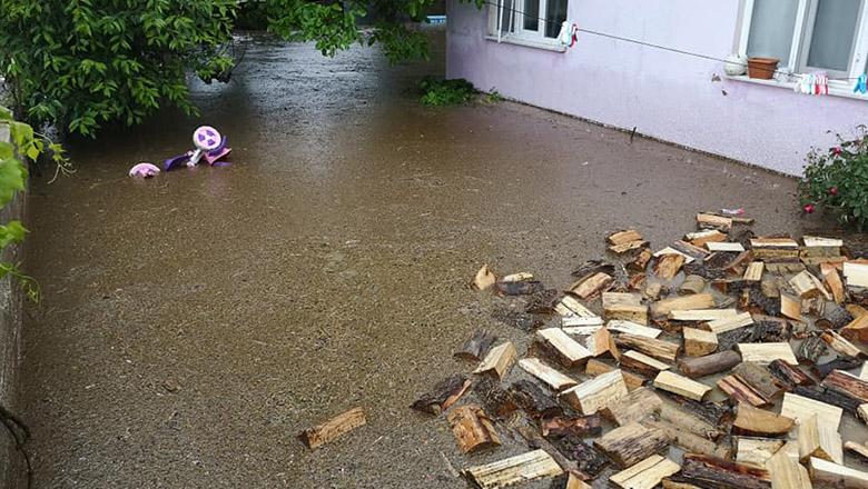 Büğdüz'de sel suyu evi bastı