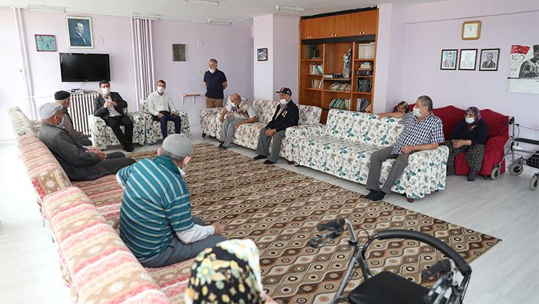 Başkan Ercengiz huzurevi sakinleriyle bayramlaştı