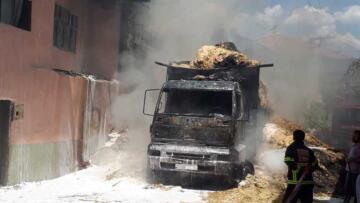 Saman yüklü kamyonda yangın