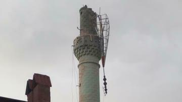 Şiddetli rüzgar minareye zarar verdi