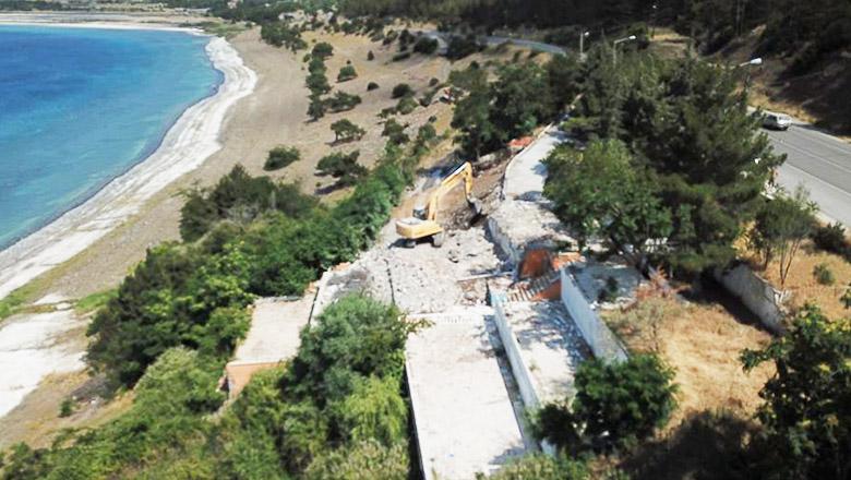 Salda Gölü kıyısındaki izinsiz yapılar yıkılıyor