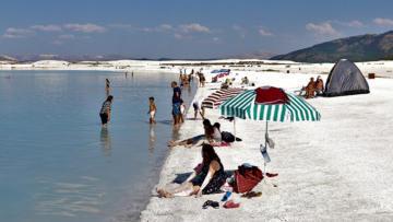 """Salda Gölü bu yıl da ziyaretçilerini """"büyülüyor"""""""