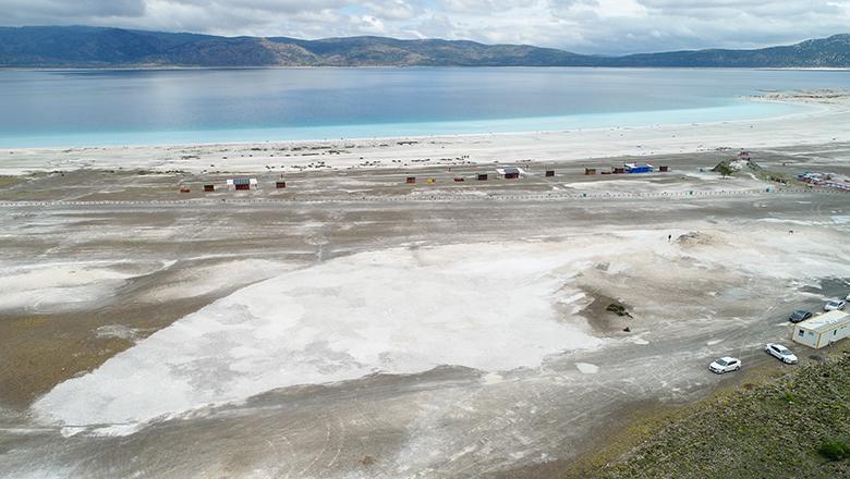 Salda Gölü'nde beyaz kumlar evine kavuştu