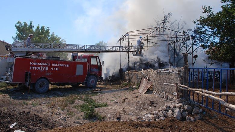 Samanlıkta çıkan iki yangın korkuttu