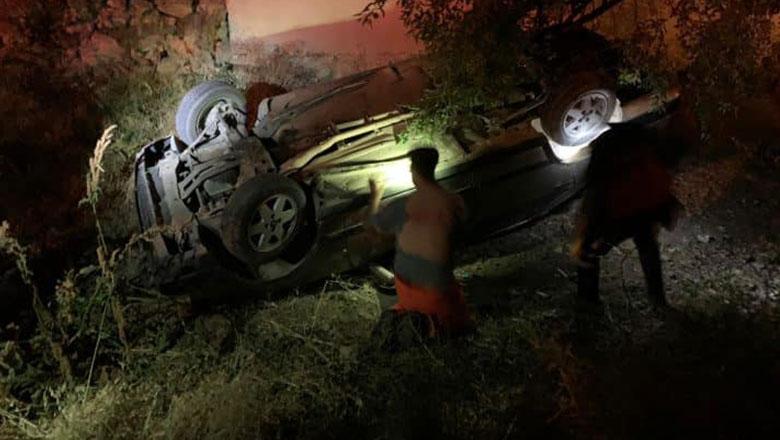 Susuz Köyünde otomobil bir evin bahçesine düştü